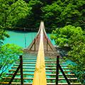 静岡・寸又狭「夢の吊橋」が絶景すぎる!ミルキーブルーの湖が美しい